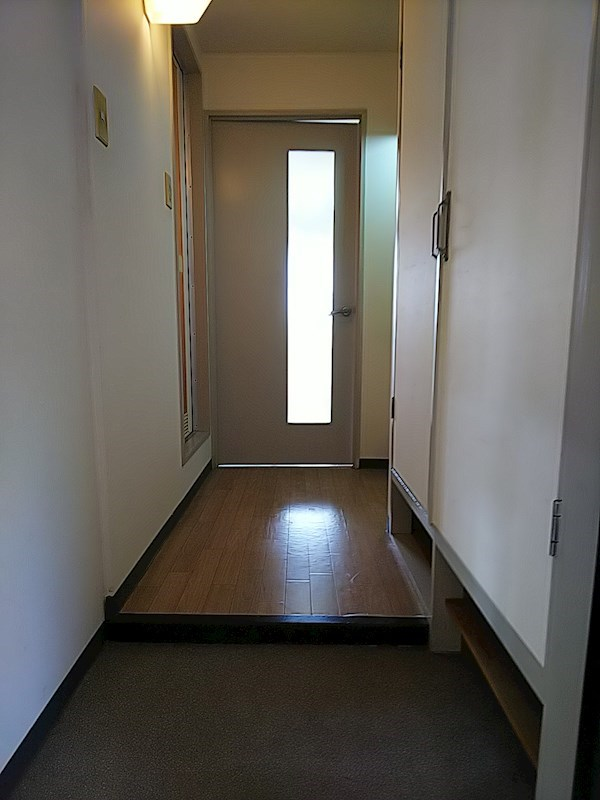 ロイヤルカーサ2番館 玄関