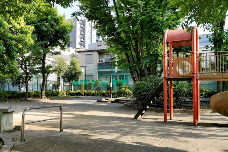 新宿区立大京公園200 m