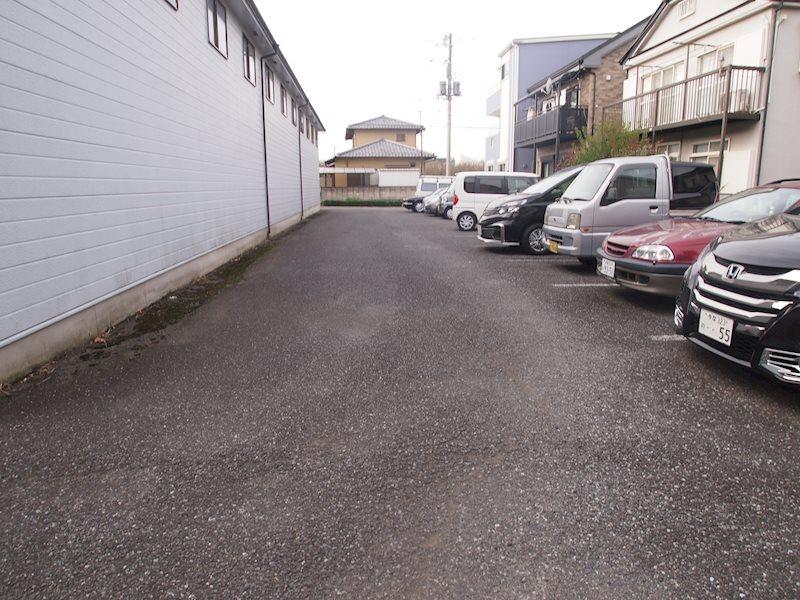 前沢ストックプラザ内駐車場 玄関